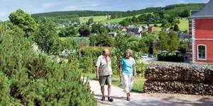 Vrouw en man wandelen over wandelpad in de Ardennen