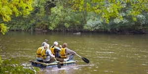 Vier volwassenen aan het raften in de Ardennen