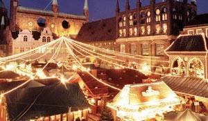 Kerstmarkt op plein met veel kerstverlichting