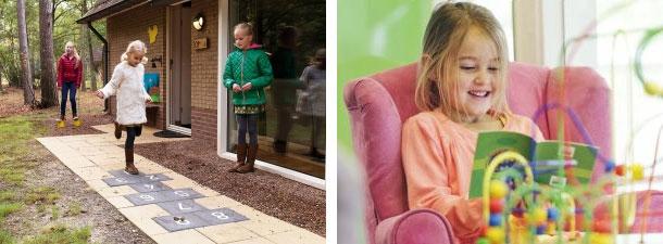 Foto links: Kinderen aan het hinkelen op het hinkelpad bij de bungalow. Foto rechts: Kind leest boekje bij de speeltafel in de bungalow.
