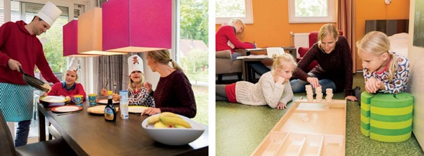 Foto links: Vader aan het koken, kinderen en moeder kijken uit naar pannenkoeken. Foto rechts: Moeder speelt met kinderen sjoelspel, een van de kinderen is aan het kleuren.