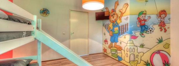 Gerestylde kinderbungalow met Koos Konijn slaapkamer, stapelbed met glijbaan, Koos Konijn muurprint