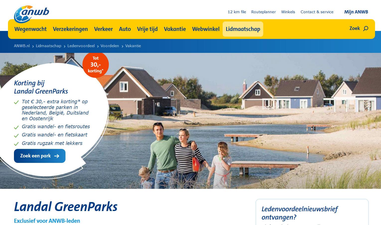 Screenshot van de ANWB Landal aanbieding voor € 30 extra korting, Foto: Man, vrouw, 2 kinderen lopen bij Landal vakantiepark, water, duinen, steigers