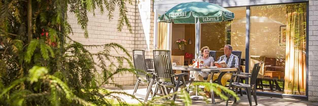 Landal De Lommerbergen is een voordelig én heel leuk vakantiepark waar je verblijft in een comfortabele bungalow en lekker buiten kunt zitten op je eigen terras