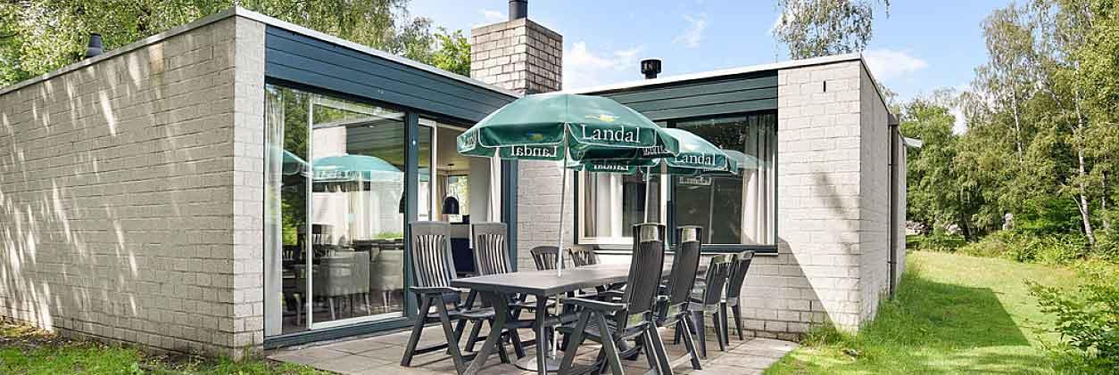 Landal Het Vennenbos heeft mooie bungalows die van alle gemakken zijn voorzien en waarbij je heerlijk rustig buiten kunt zitten