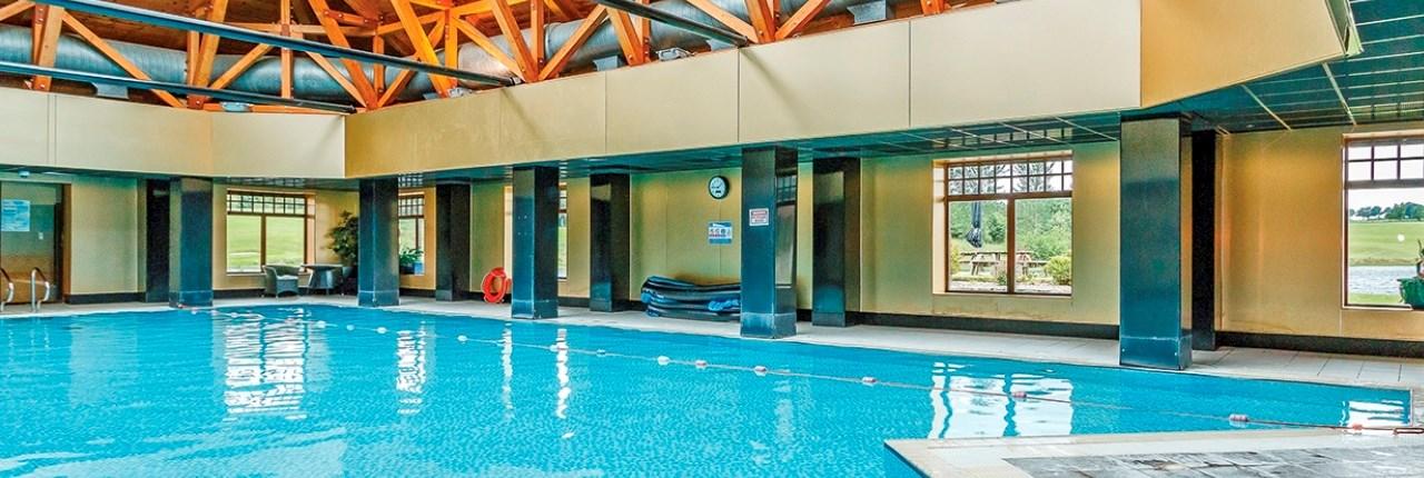 Mooi overdekt zwembad met lengte van 20 meter