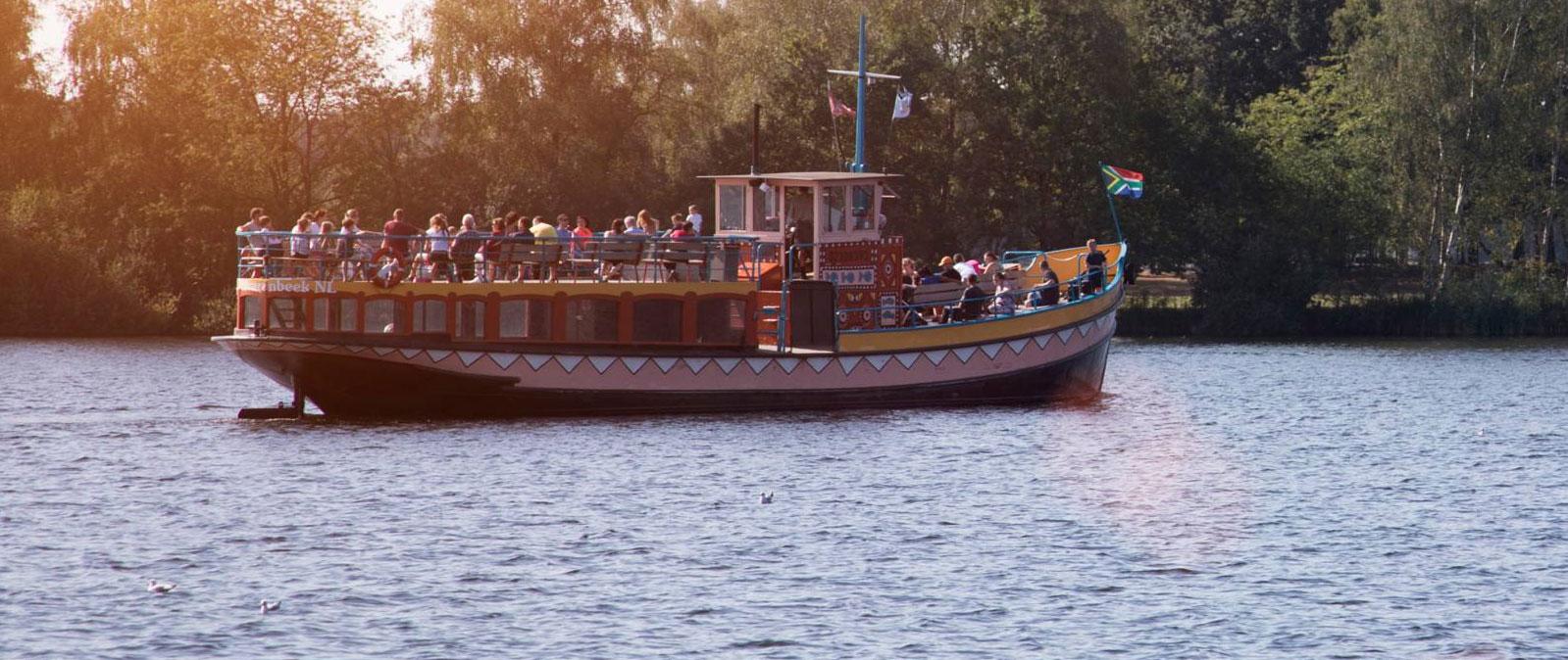 Terwijl je aan het zwemmen bent in het Junglebad heb je dankzij de grote ramen een mooi uitzicht over het Victoriameer.