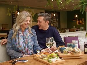 Bij de nieuwe Brasserie op vakantiepark Landal Het Vennenbos kun je lekker lunchen of dineren