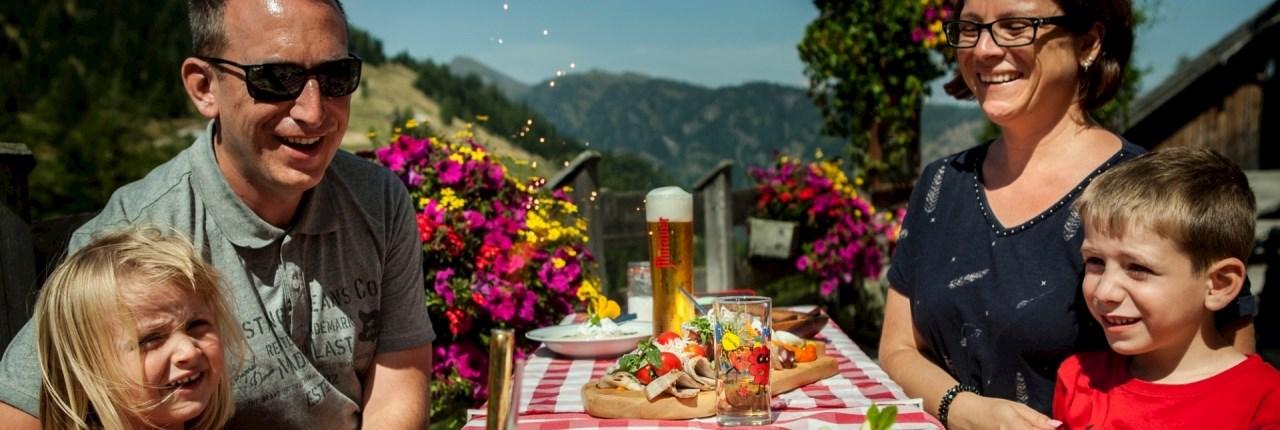 Lekker eten en drinken kan bij Restaurant 'Stube' waar je kunt genieten van Oostenrijkse specialiteiten