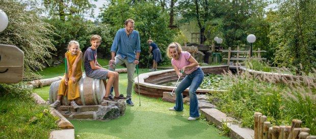 De Adventure Golf (outdoor) van Center Parcs Het Heijderbos zijn mooi gedecoreerde minigolfbanen gelegen in het groen
