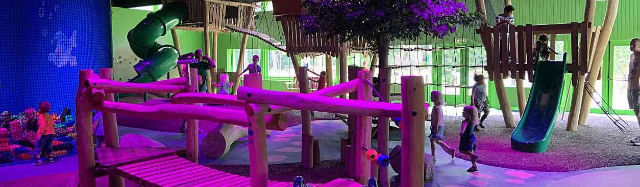 Kinderen beleven veel plezier in de verschillende speelzones van het vernieuwde indoorspeelparadijs: Speelbos van Landal Het Vennenbos
