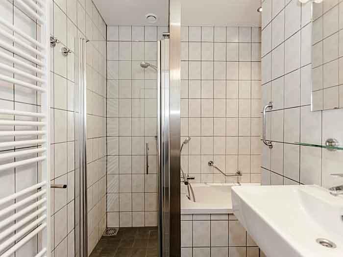 De badkamer ziet er netjes uit en heeft een douchecabine, kan op voorkeur met ligbad gereserveerd worden