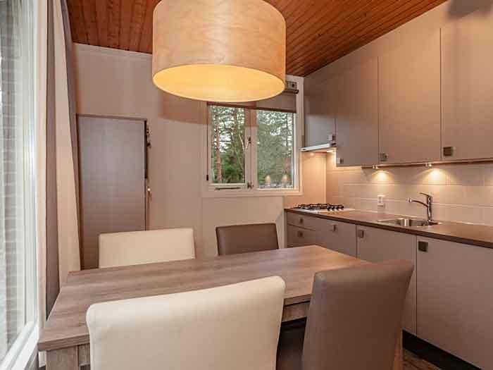 De open keuken heeft een gezellige eethoek en heeft diverse voorzieningen zoals een vaatwasser en combimagnetron