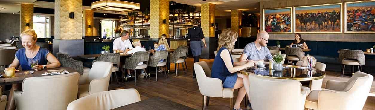 Eten op de aankomstdag? Je zou bijvoorbeeld uiteten kunnen gaan bij één van de culinaire restaurants op vakantieresort Hof van Saksen