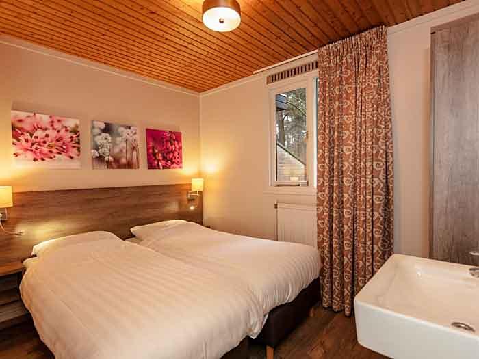 De slaapkamers zijn gezellig en hebben comfortabele bedden, helaas geen Auping bedden (die vind je alleen in de luxe bungalows)