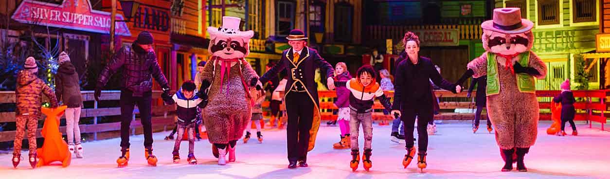 Mensen gezellig aan het schaatsen op de schaatsbaan tijdens Winter Slagharen. Jij kunt dit ook, bied vandaag nog mee op tickets via VakantieVeilingen