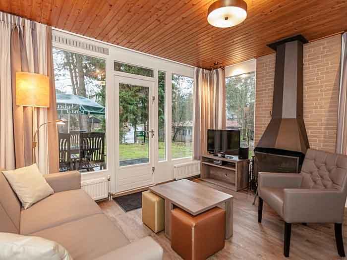 Het interieur (woonkamer, open keuken en slaapkamers) is warm en modern, je voelt je er snel thuis