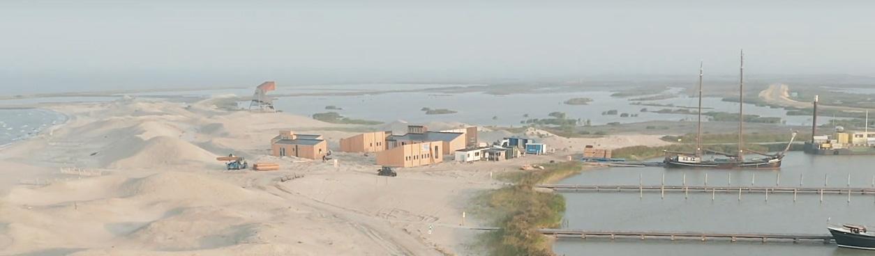 De eilandhuisjes van Landal Marker Wadden op het Haveneiland