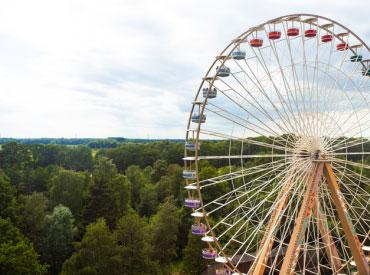 Vanuit de Big Wheel (reuzenrad) heb je een prachtig winters uitzicht over het attractiepark en vakantiepark