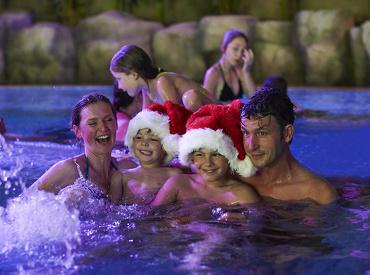 Gezin geniet van hun kerstvakantie bij Slagharen. Lekker bubbelen in de Whirlpool van Aqua Mexicana.