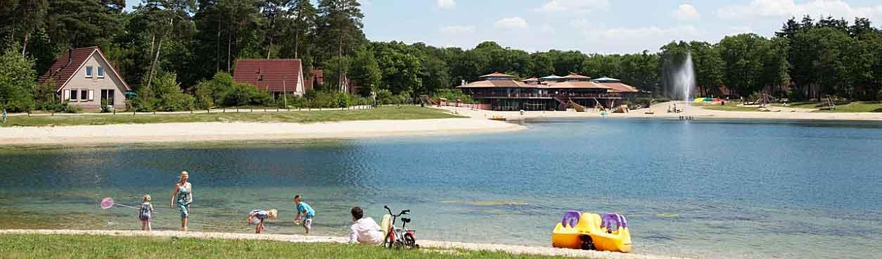 Gezin geniet samen van een heerlijke vakantie bij Landal Landgoed 't Loo. Dit park heeft een grote waterplas waarop je bijvoorbeeld kunt waterfietsen. Een aantal vakantiewoningen zijn aan het water gelegen. In de verte zie je het paviljoen waarin o.a. het restaurant is gevestigd.