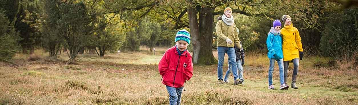 Natuurmonumenten heeft prachtige natuurgebieden waar je met zijn allen (bijvoorbeeld met het gezin) een heerlijke wandel- of fietstocht kunt maken.