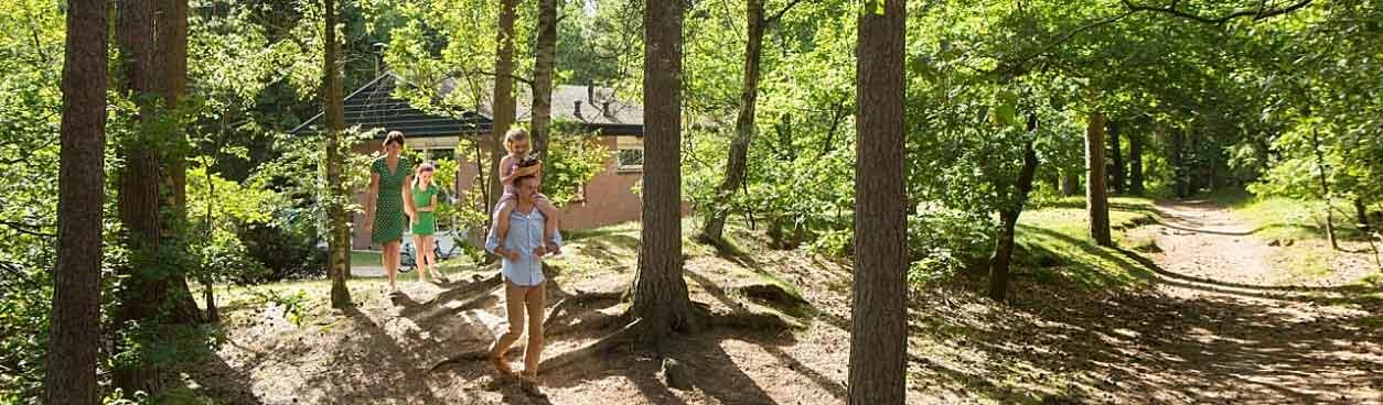 Vader, moeder en kinderen genieten van hun vakantie bij Landal Miggelenberg. Bij dit park loop je zo vanuit je accommodatie de natuur in.