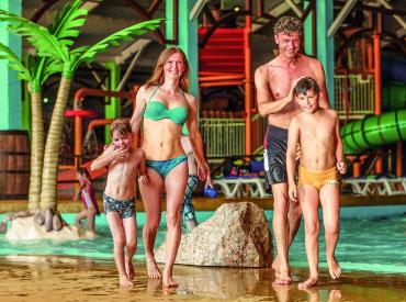 Vrouw en man samen met hun kinderen in Aqua Mexicana, het subtropisch zwemparadijs (waterpark) van Slagharen