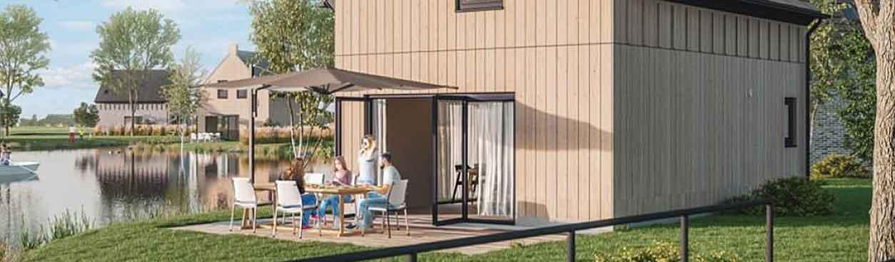 's Morgens heerlijk relaxt wakker worden bij je vakantievilla en samen genieten van een lekker ontbijtje op het terras bij de waterkant.