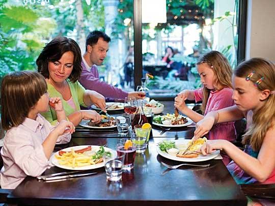 Gezin gezellig uit eten bij De Brasserie