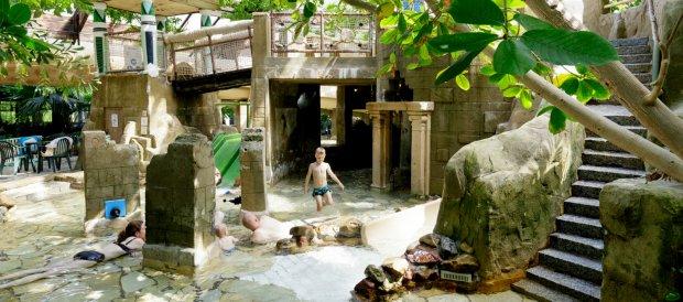 Moeder en zoon in het Kinder-doe-Bad van het Aqua Mundo van Center Parcs De Kempervennen