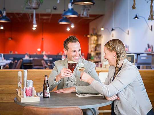 Man en vrouw iets aan het drinken bij Restaurants De Steeds