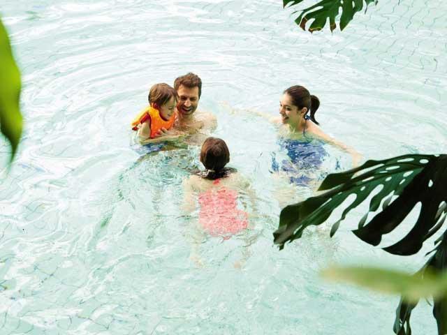 Gezin heeft plezier in het vernieuwde subtropisch zwemparadijs Aqua Mundo van Center Parcs De Haan.