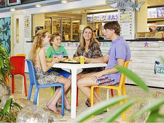 Gezin hapje aan het eten bij de Beach Snack