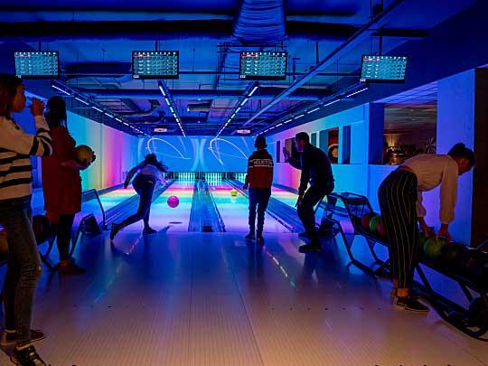 Parkgasten aan het bowlen op de vernieuwde bowlingbanen van Landal De Lommerbergen