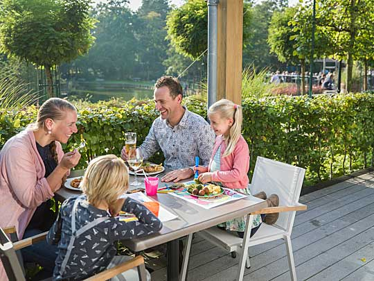 Gezin uit eten bij het Park Plaza, lekker in het zonnetje op het buitenterras