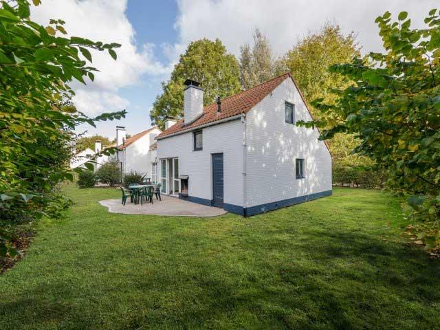 De cottages liggen midden in het groen. Op het terras van je vakantiewoning kun je heerlijk genieten van een welverdiende vakantie.