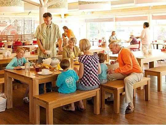 Familie gezellig uit eten bij het Family Buffet Restaurant