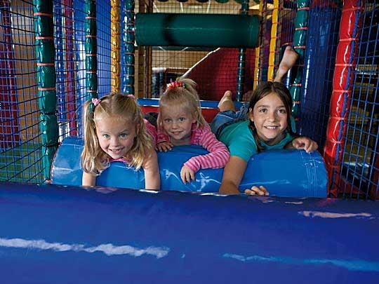 Kinderen aan het spelen in het Indoorspeelparadijs