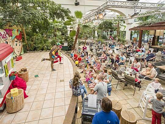 Op het Podium worden live shows en entertainment georganiseerd zoals shows van Bollo de Beer en Puk en Pelle