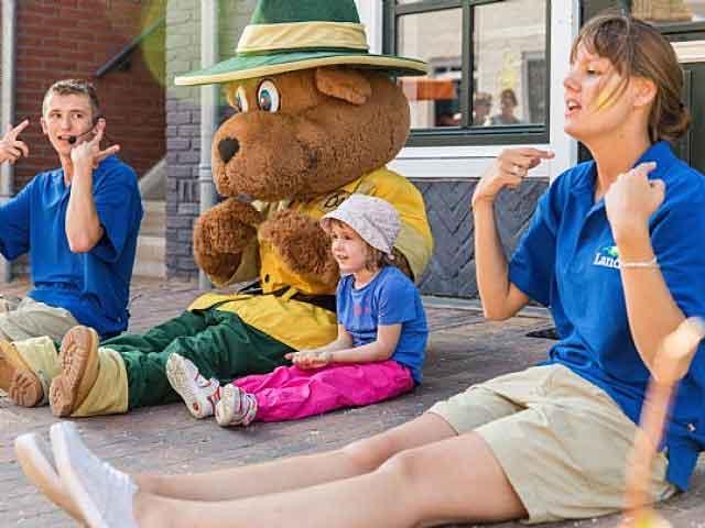 Het Fun & Entertainment-team van Landal GreenParks onderneemt samen met jong en oud leuke activiteiten. Ook Bollo de Beer is vaak van de partij