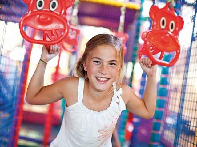 Meisje aan het spelen in het indoorspeelparadijs van een Landal vakantiepark