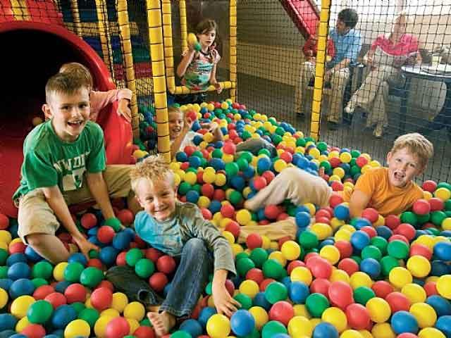 Kinderen aan het spelen in de ballenbak van een vakantiepark van Landal GreenParks
