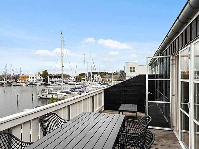 Uitzicht op de haven met bootjes vanaf het terras van een vakantiewoning bij een Landal park in Denemarken