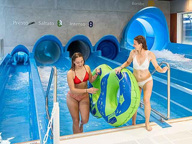 Twee vrouwen komen uit het zwembad van het Hof van Saksen zwemparadijs