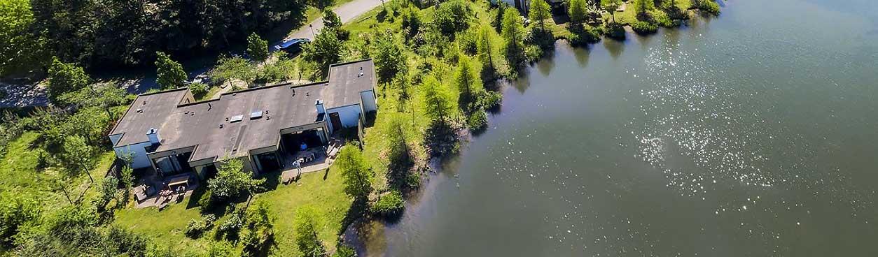Uitzicht van boven op cottages aan het water bij een Center Parcs vakantiepark