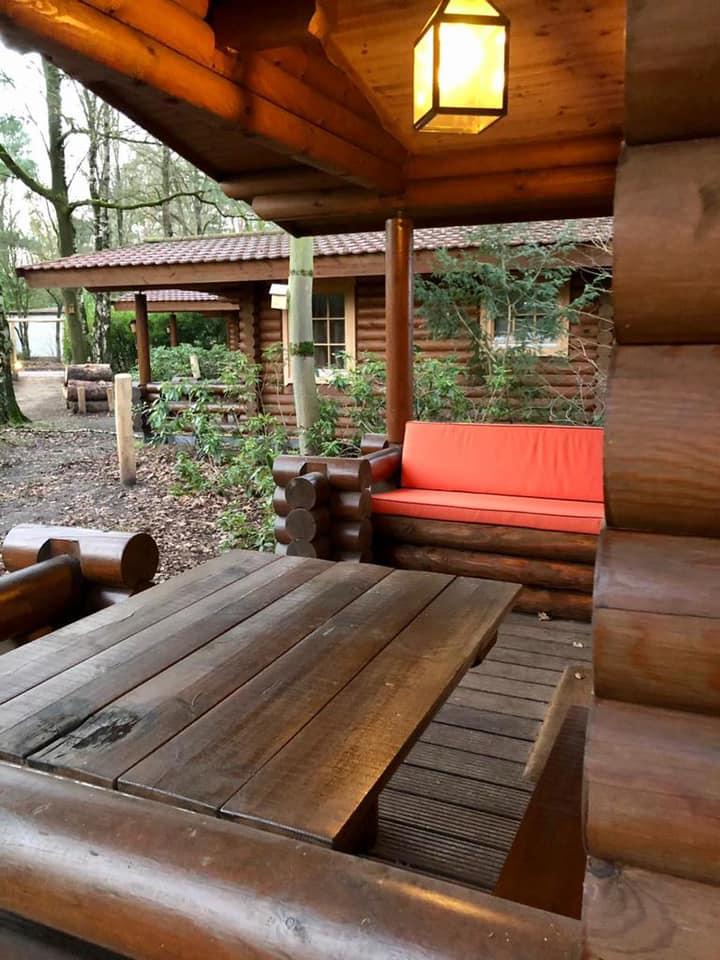 Terras in de nieuwe situatie (comfortabel kussen op de loungebank op het terras) - Bron: facebook.com/LandalDucDeBrabant