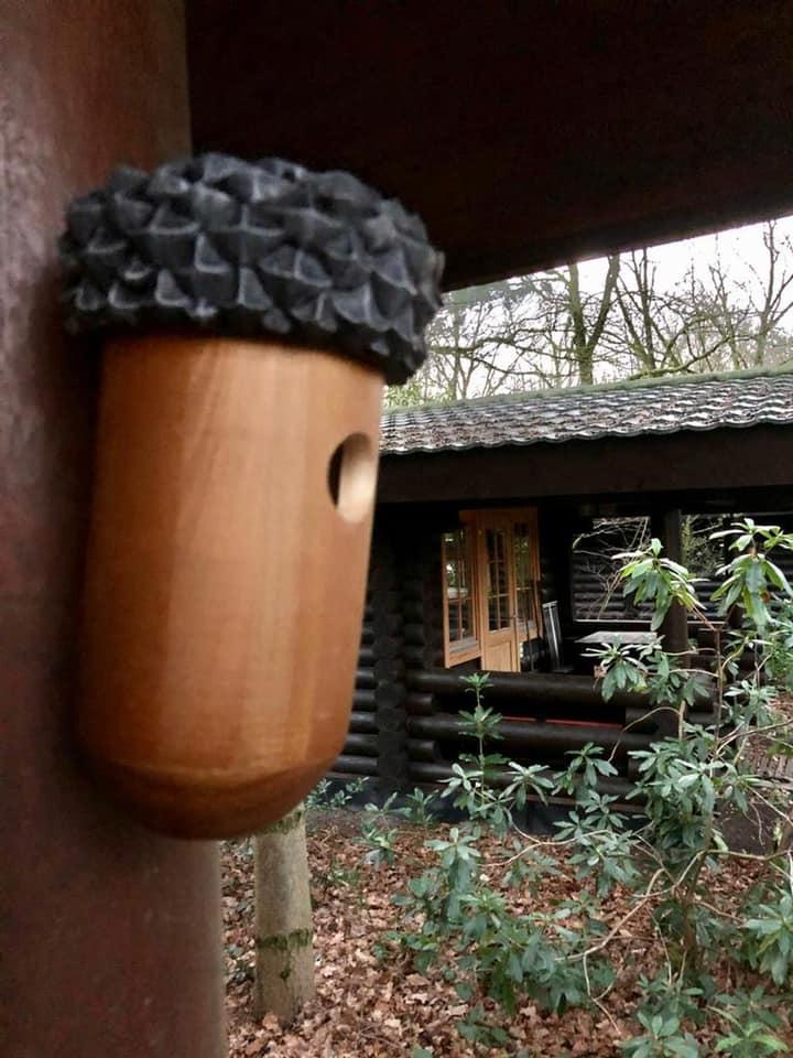 Buitenzijde loghome nieuwe situatie (vogelhuisje tegen de wand van vakantiehuisje) - Bron: facebook.com/LandalDucDeBrabant