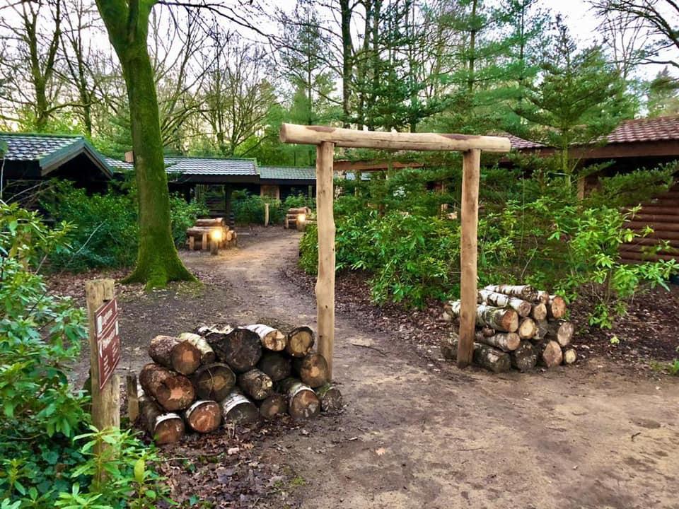 Loghomegebied in de nieuwe situatie (poort gemaakt van houten palen is toegevoegd) - Bron: facebook.com/LandalDucDeBrabant